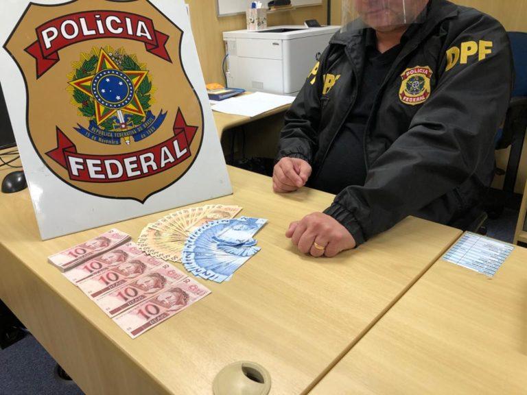 Homem vai buscar 77 notas falsas de real nos Correios e é preso em flagrante