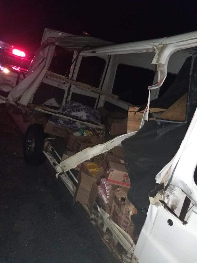 Van fica destruída em acidente com caminhões