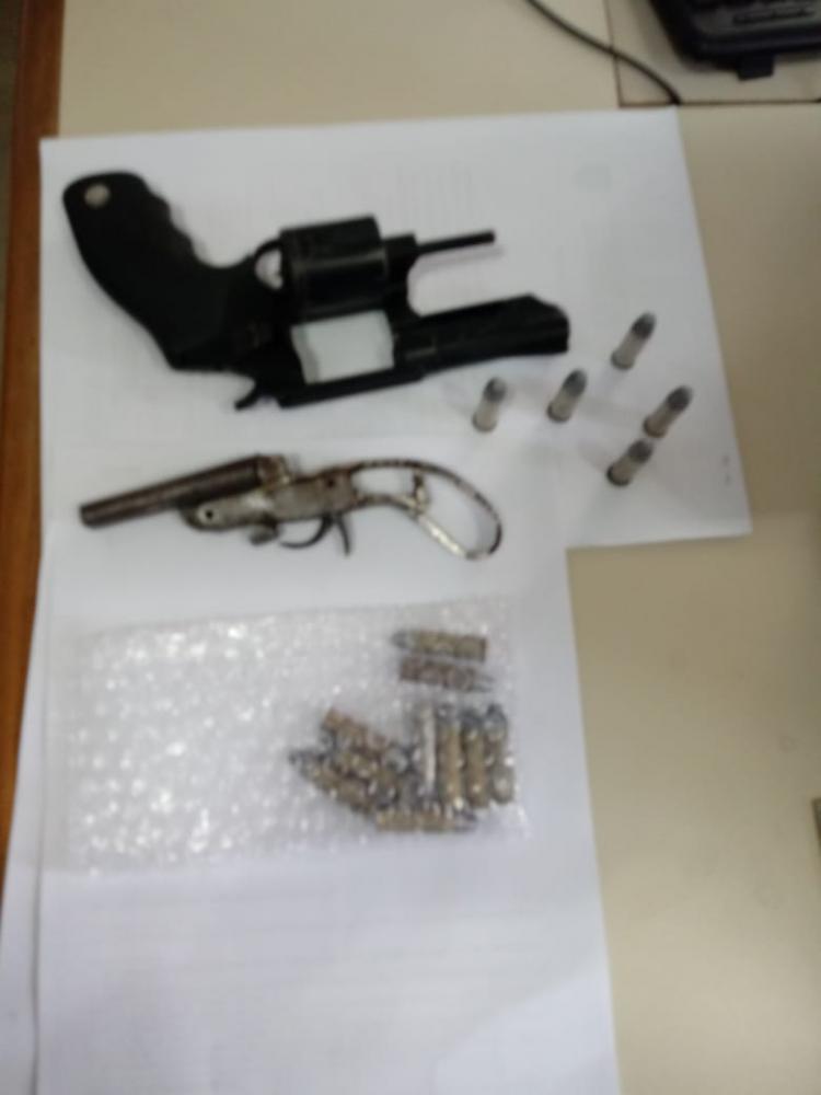 Polícia encontra armas de fogo durante cumprimento de mandado em Ribeirão do Pinhal