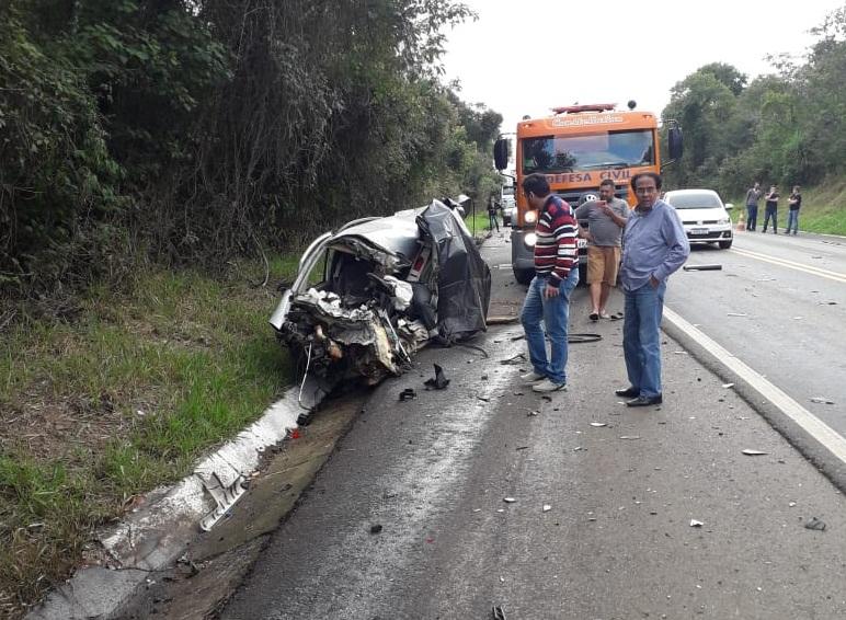 O carro ficou completamente destruído; causas do acidente ainda são desconhecidas - Foto: Defesa Civil